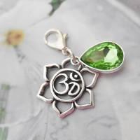 Anhänger Herz-Chakra Ohm Kristalltropfen grün Sonnengruss Meditation Yoga Charm Frühling Sommer Muttertag Blume Bild 1