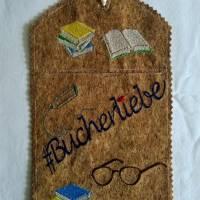 """Wunscherfüller Bogen-Rechteck """"#BÜCHERLIEBE"""", 13cm x 20cm, Kork Bild 1"""
