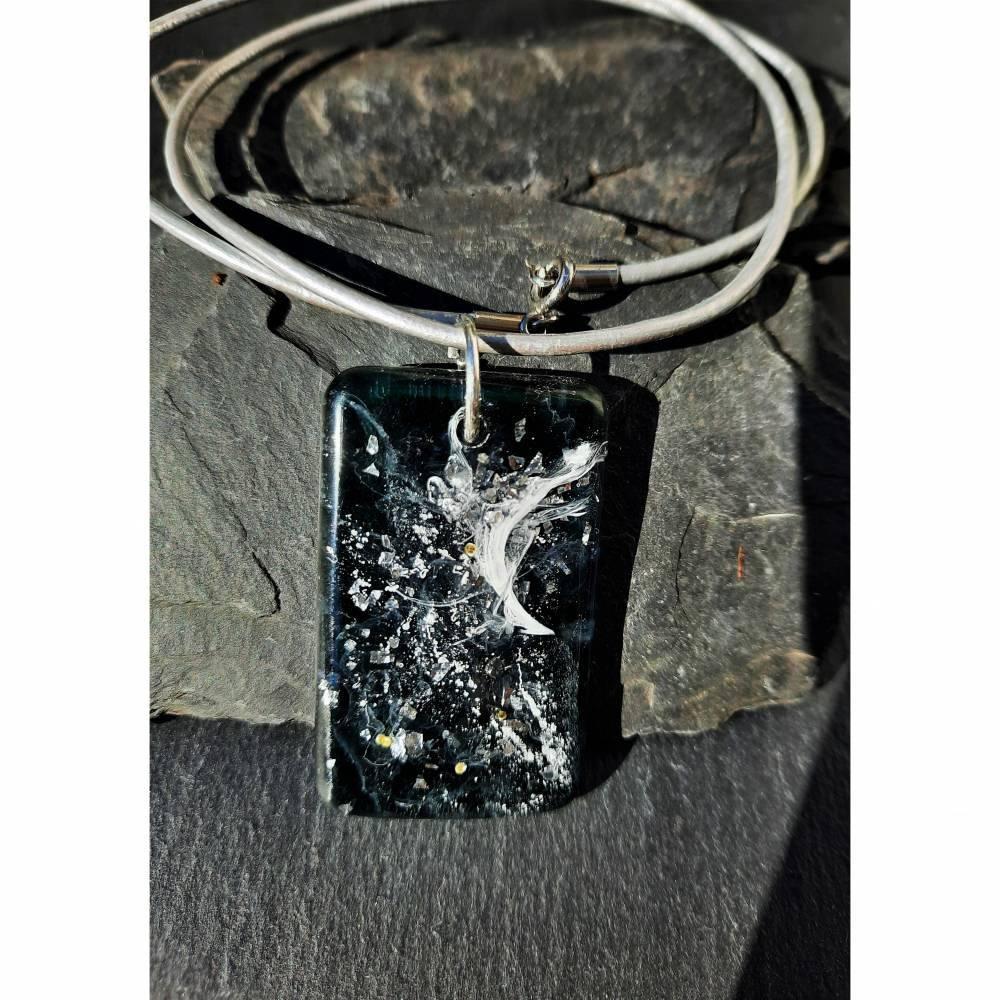 Schwarzer Resin-Anhänger mit weißen Sprenkeln und Silberglitter an Lederkette Bild 1
