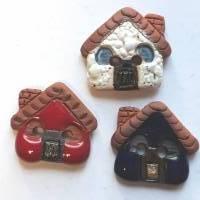 Handgearbeiteter Keramikknopf, ein kleines rotes Haus. Jeder Knopf ein Unikat. Ca. 2,5cm groß. Bild 2