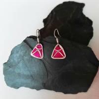 Dreieckige Ohrhänger  aus 999 Silber, schön texturiert mit Highlights in magenta Bild 2