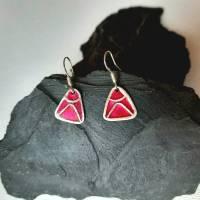 Dreieckige Ohrhänger  aus 999 Silber, schön texturiert mit Highlights in magenta Bild 5