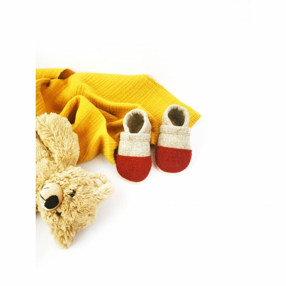 Hausschuhe für Kinder aus Wollfilz mit roter Kappe und einer Sohle aus pflanzlich gegerbtem Leder  Bild 1