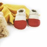 Hausschuhe für Kinder aus Wollfilz mit roter Kappe und einer Sohle aus pflanzlich gegerbtem Leder  Bild 2