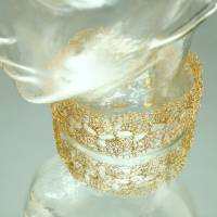 Goldspitze - Choker in gold - gehäkelt im Muschelmuster aus 24ct vergoldetem Draht - bcd manufaktur Bild 3