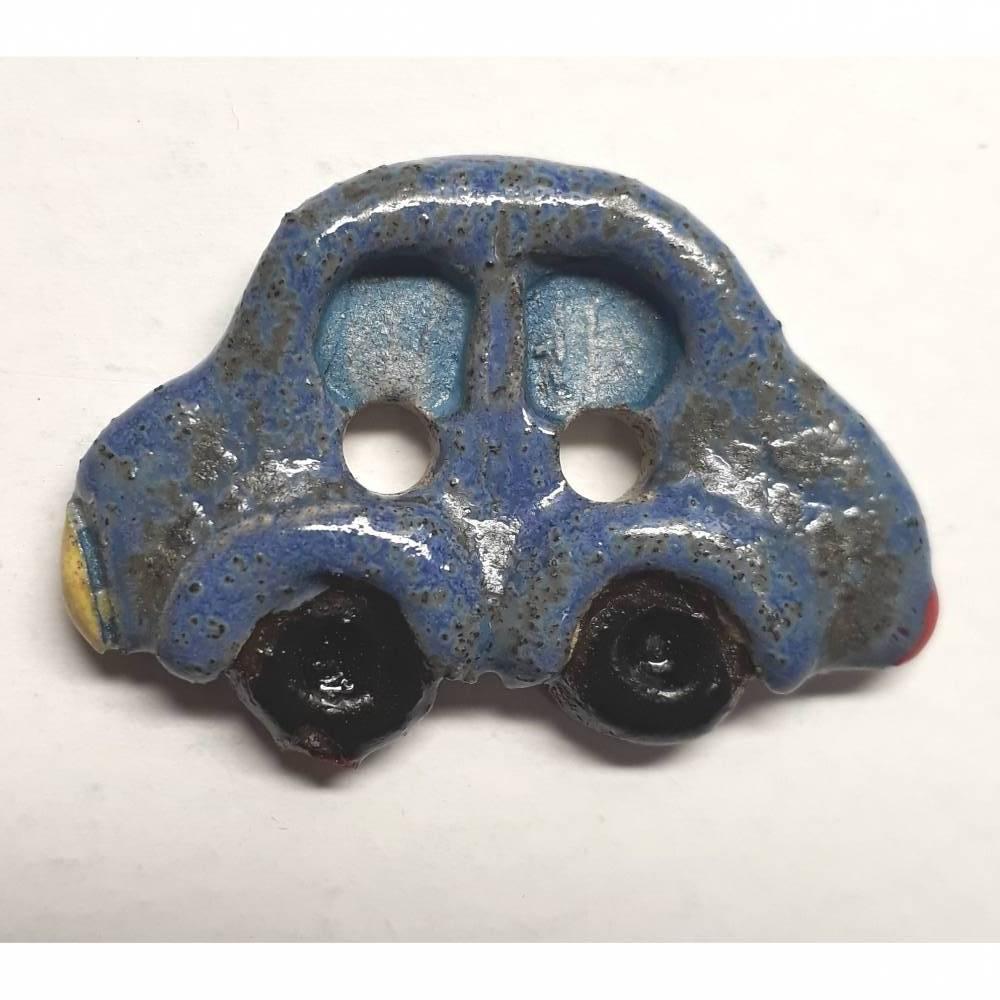Handgearbeiteter Keramikknopf in Form eines kleinen, blauen Autos. Jeder Knopf ein Unikat. Ca. 2cm groß. Bild 1