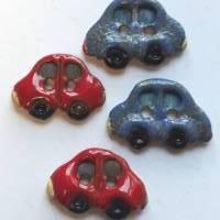 Handgearbeiteter Keramikknopf in Form eines kleinen, blauen Autos. Jeder Knopf ein Unikat. Ca. 2cm groß. Bild 3