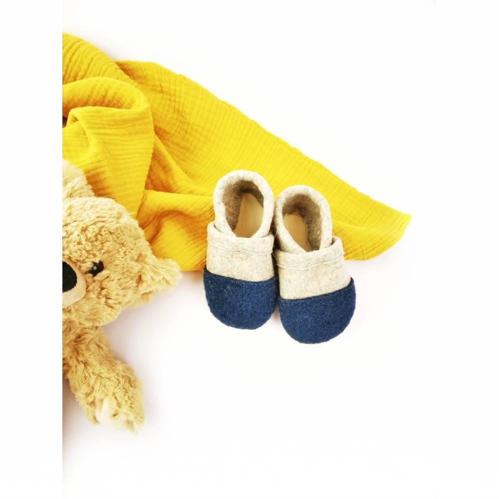 Hausschuhe für Kinder aus Wollfilz mit petrolfarbener Kappe und einer Sohle aus pflanzlich gegerbtem Leder  Bild 1