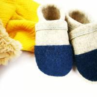 Hausschuhe für Kinder aus Wollfilz mit petrolfarbener Kappe und einer Sohle aus pflanzlich gegerbtem Leder  Bild 2