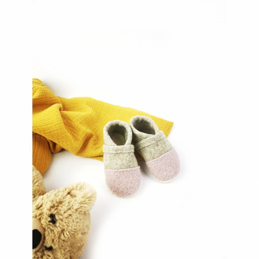 Hausschuhe für Kinder aus Wollfilz mit rosa Kappe und einer Sohle aus pflanzlich gegerbtem Leder  Bild 1