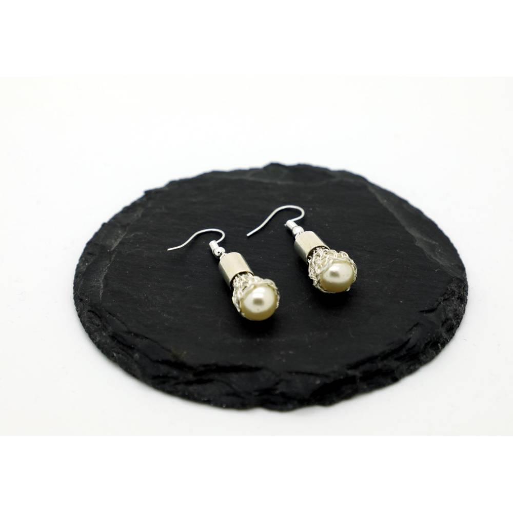 elegante Ohrhänger mit Perlen in einem versilberten Käppchen und versilberten Hängern Bild 1