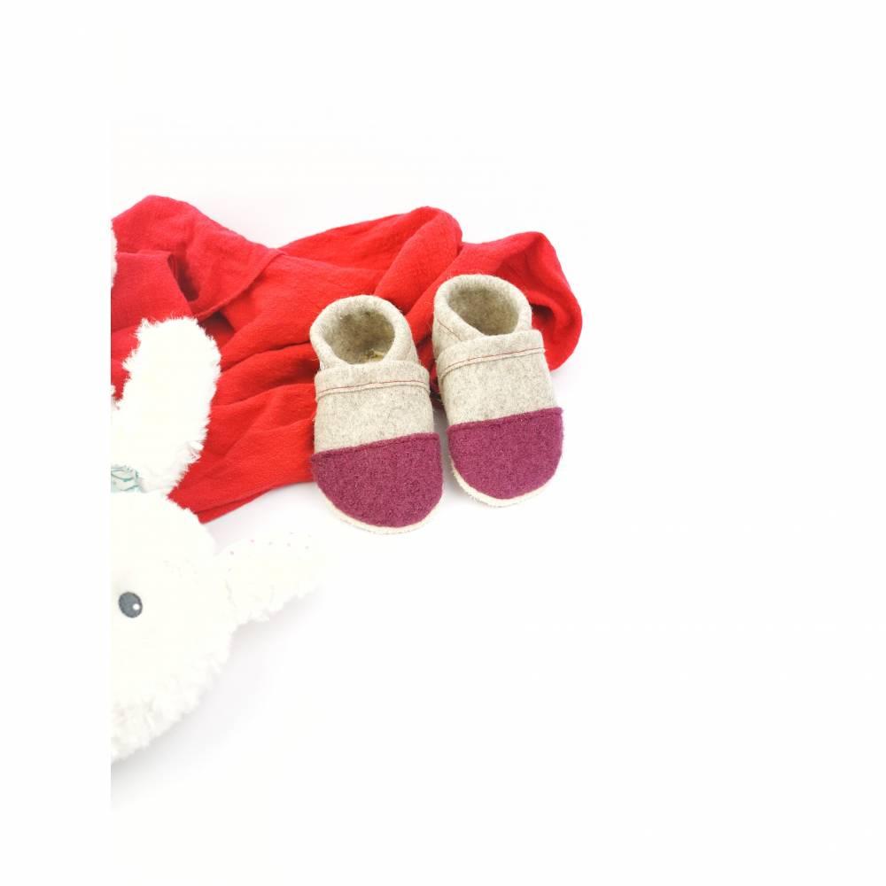 Hausschuhe für Kinder aus Wollfilz mit altrosa Kappe und einer Sohle aus pflanzlich gegerbtem Leder  Bild 1