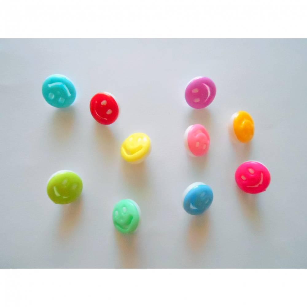 Kinderknopf Kunststoffknopf mit Öse 15 mm lachendes Gesicht verschiedene Farben Bild 1