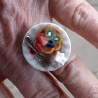 Ring Obsttörtchen aus Fimo auf Teller Fingerring ausgefallener Schmuck Bild 1
