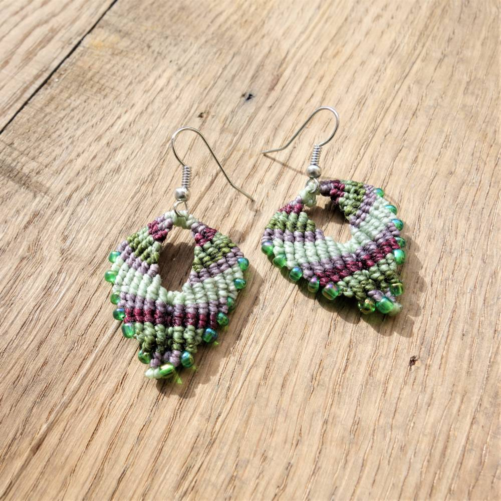 Makramee-Ohringe in Grün- und Beerentönen mit hellgrünen Glasperlen und Ohrhaken aus Edelstahl Bild 1