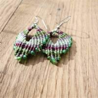 Makramee-Ohringe in Grün- und Beerentönen mit hellgrünen Glasperlen und Ohrhaken aus Edelstahl Bild 2