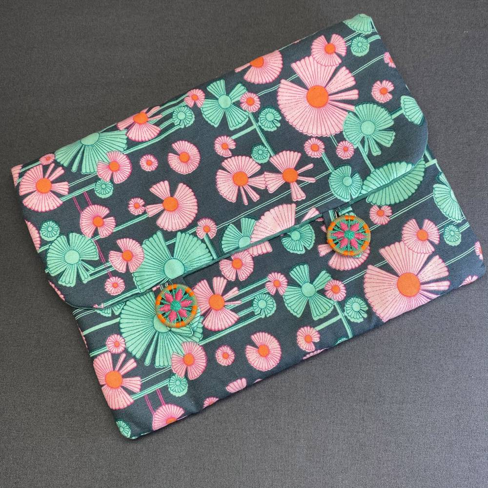 Stofftasche, z.B. für Tablet, mit zwei handgearbeiteten Zwirnknöpfen Bild 1