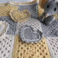 einzigartige wunderschöne weiche Babydecke im Granny Square Muster gehäkelt,  mit passenden Babyelefant Bild 1