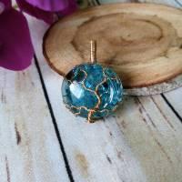 """"""" Goldener """" Lebensbaum Anhänger aus einer Messingdraht Fassung mit Blauen Crackle Glas Cabochon Bild 1"""