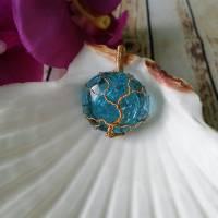 """"""" Goldener """" Lebensbaum Anhänger aus einer Messingdraht Fassung mit Blauen Crackle Glas Cabochon Bild 3"""