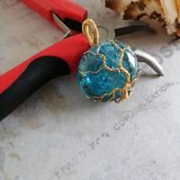 """"""" Goldener """" Lebensbaum Anhänger aus einer Messingdraht Fassung mit Blauen Crackle Glas Cabochon Bild 6"""