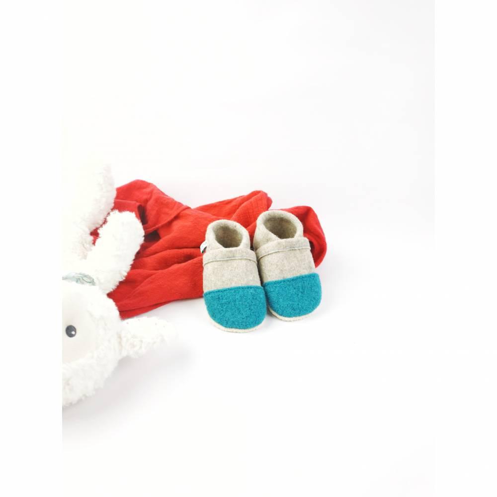 Hausschuhe für Kinder aus Wollfilz mit türkiser Kappe und einer Sohle aus pflanzlich gegerbtem Leder  Bild 1