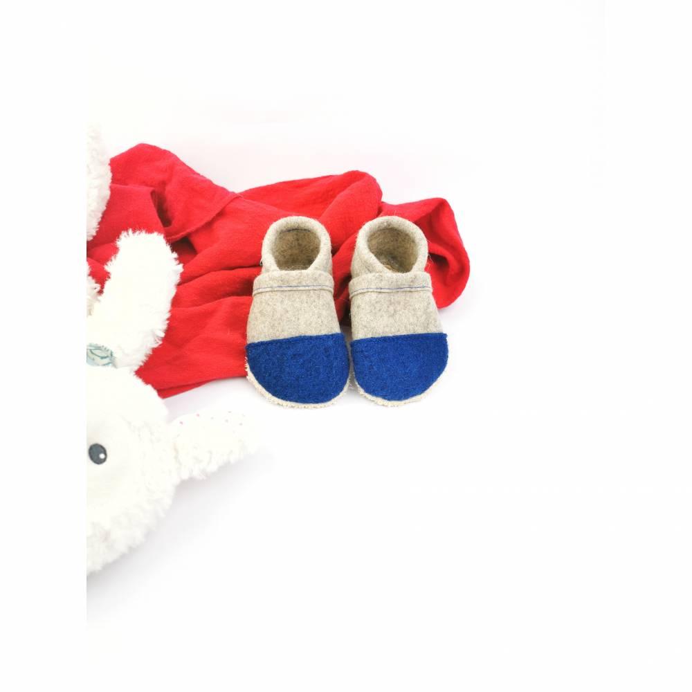 Hausschuhe für Kinder aus Wollfilz mit blauer Kappe und einer Sohle aus pflanzlich gegerbtem Leder  Bild 1
