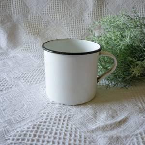 alte Emaille-Tasse, klein, Topf mit Henkel, Vintage, Retro, die Tasse ist alt und hat deutliche Gebrauchsspuren, shabby  Bild 1