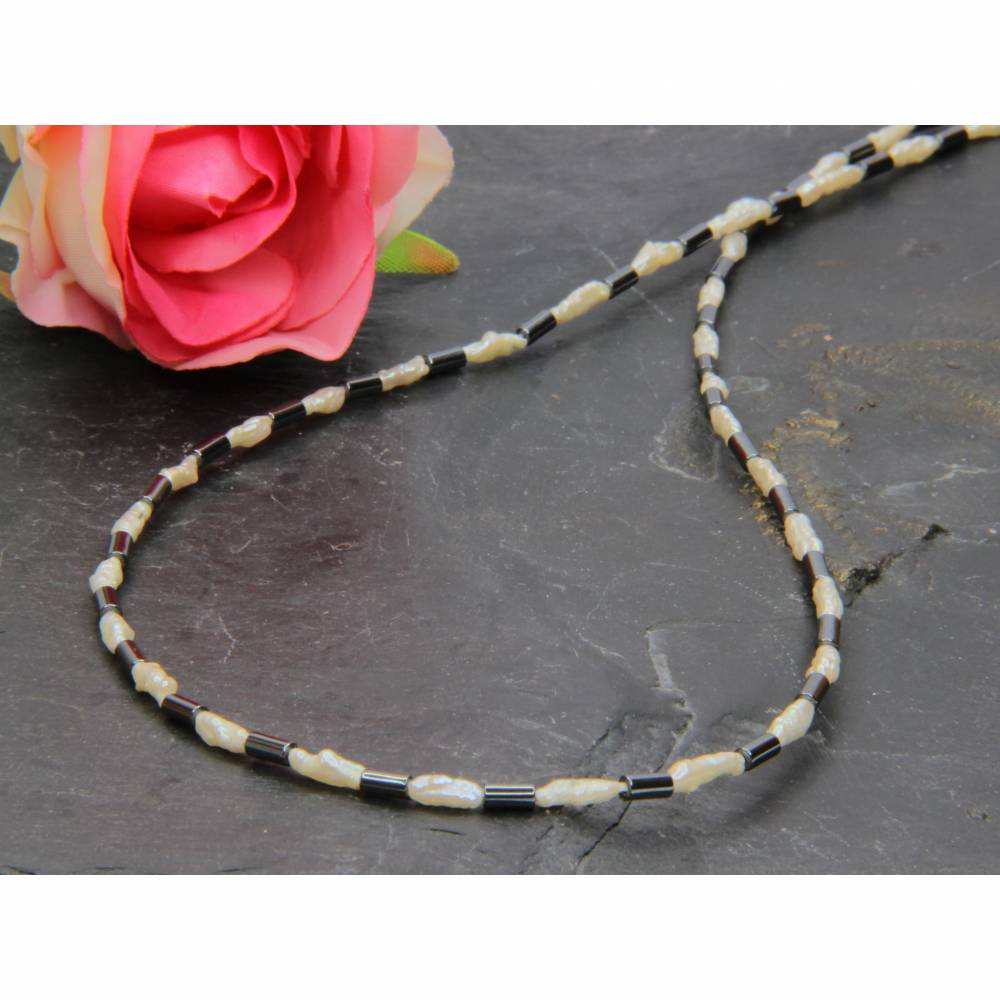 Schwarz-weiße feine weiße Mabé-Perlen-Kette in Kombination mit Hämatit Röhrchen 43 cm Bild 1