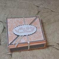 Quadratische Geschenkschachtel mit raffiniertem Deckel Bild 1