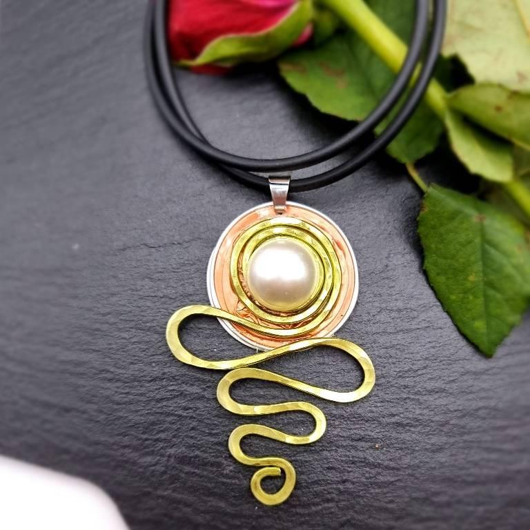 Upcycling Kettenanhänger Nespresso Kapsel orange mit Drahtschlange und einer weißen Perle Bild 1