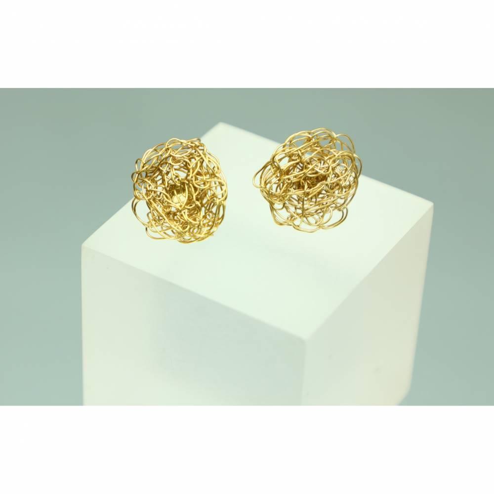 flache, runde Gold-Ohrstecker für Sie und Ihn gehäkelt aus Draht von bcd manufaktur  Bild 1