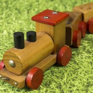 Kleine Eisenbahn, Deko-Teil, Vintage Holzeisenbahn, drei Anhängern, altes Holzspielzeug, zur Dekoration Bild 1