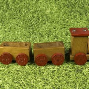 Kleine Eisenbahn, Deko-Teil, Vintage Holzeisenbahn, drei Anhängern, altes Holzspielzeug, zur Dekoration Bild 3