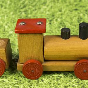 Kleine Eisenbahn, Deko-Teil, Vintage Holzeisenbahn, drei Anhängern, altes Holzspielzeug, zur Dekoration Bild 4