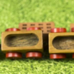 Kleine Eisenbahn, Deko-Teil, Vintage Holzeisenbahn, drei Anhängern, altes Holzspielzeug, zur Dekoration Bild 7