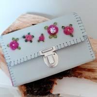 Lederportemonnaie, handgenäht und von Hand bestickt, grau und pink Bild 1
