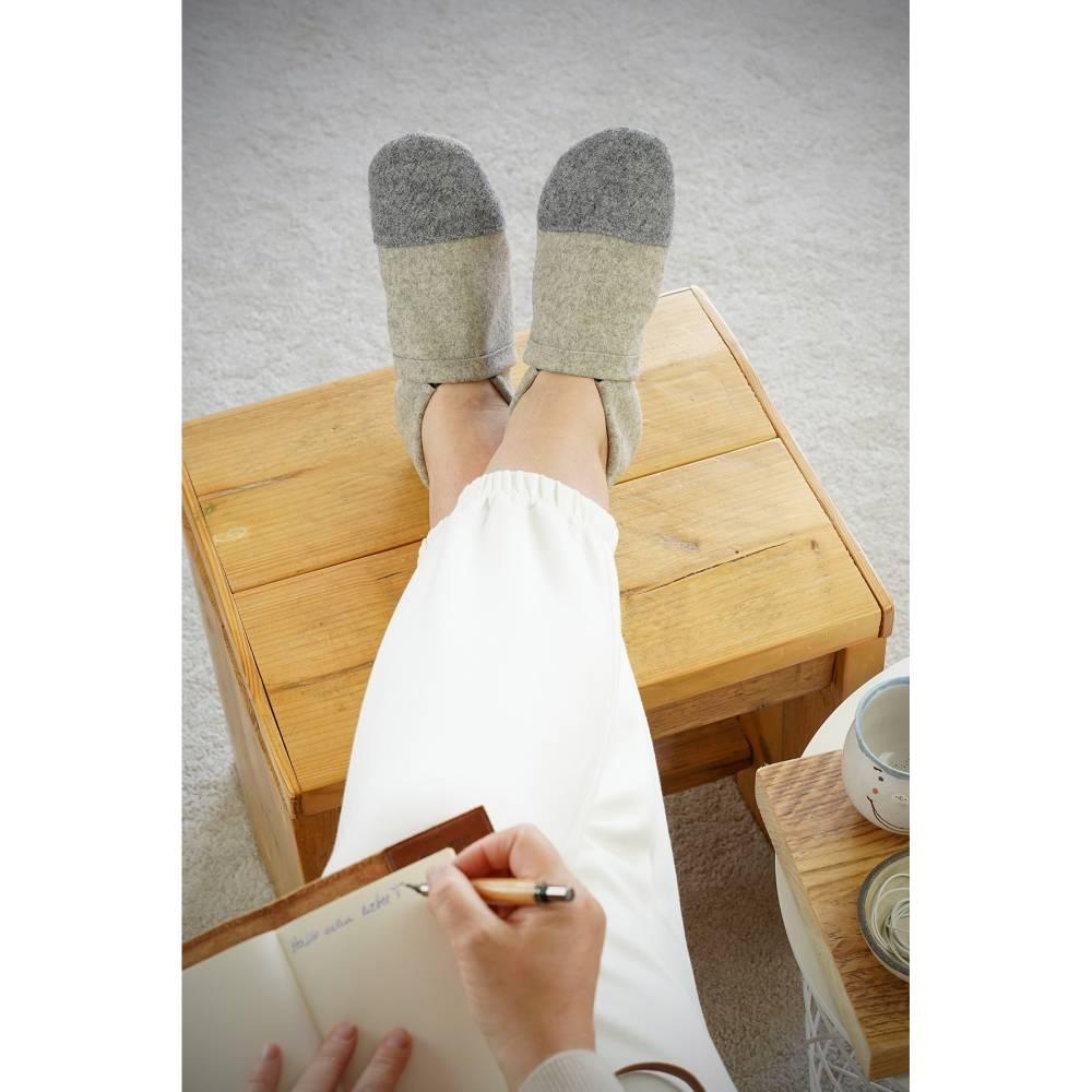 Hausschuhe aus 100% Wollfilz, grauer Kappe und Ledersohle  Bild 1