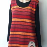 Luftiges Sommertop für Damen aus Baumwoll-Leinen-Strick in rot-bunten Streifen. Mit besonderer, handgemalter Applikation Bild 3