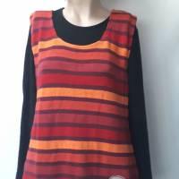 Luftiges Sommertop für Damen aus Baumwoll-Leinen-Strick in rot-bunten Streifen. Mit besonderer, handgemalter Applikation Bild 4