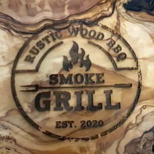 Schneidebrett aus Olivenholz mit Gravur SMOKE GRILL – mit Saftrille & Grifflasche Servierbrett Tranchieren für Fleisch,  Bild 3