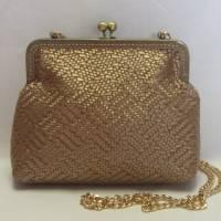 edle Umhängetasche aus Kunstleder in Flechtoptik, mattgold, Bügeltasche, Tasche mit Clipverschluss Bild 1