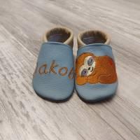 Personalisierte Babyschuhe mit Faultier Bild 1