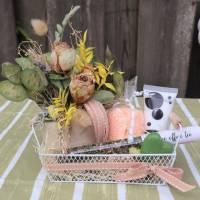 Wellness Set mit Trockenblumengesteck und Delikatesse, Geschenk Set, lachs farben Bild 2