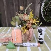Wellness Set mit Trockenblumengesteck und Delikatesse, Geschenk Set, lachs farben Bild 4