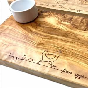 Frühstücksbrett (30x15cm) mit Eierbecher aus Olivenholz  - Servierbrett Schneidebrett mit Gravur Huhn Ei Frühstück Tisch Bild 2