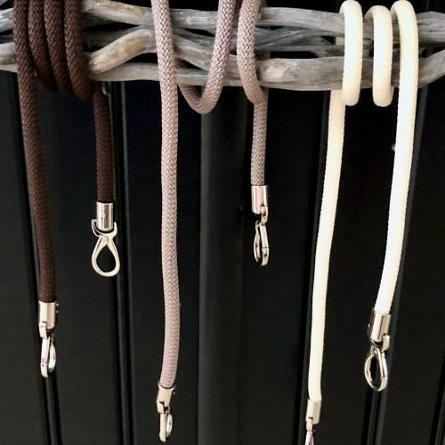 Khaki Handtaschen Gurt aus Segelseil mit silberfarbenen Karabinern in unterschiedlichen Längen