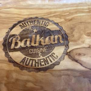 Steakbrett mit Saftrille aus Olivenholz inkl. Gravur BALKAN CUISINE – Tranchierbrett Schneidebrett für Ćevapčići, Burger Bild 3