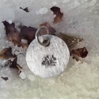 runder Anhänger aus 999 Silber mit eingestempelter Pusteblume Bild 2