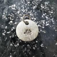 runder Anhänger aus 999 Silber mit eingestempelter Pusteblume Bild 5
